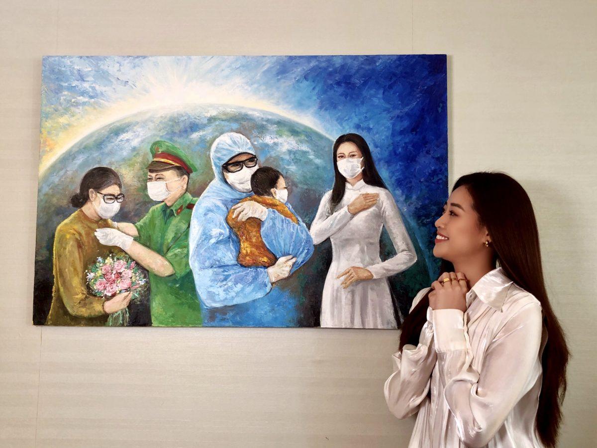 Hoa hau Khanh Van dau gia buc tranh 150 trieu dong3