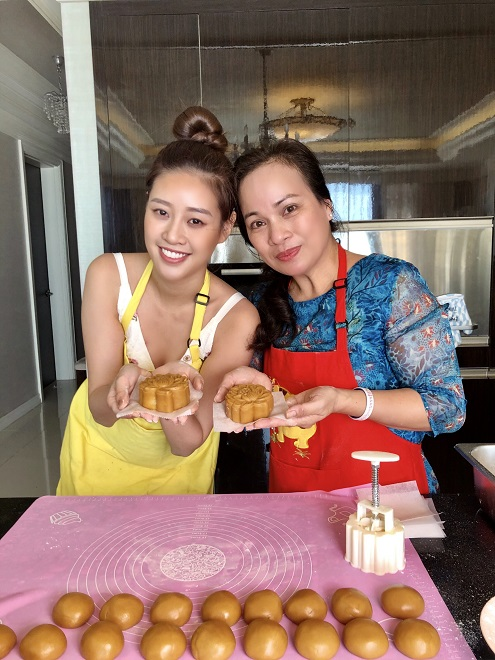Hoa hau Khanh Van lam banh trung thu4