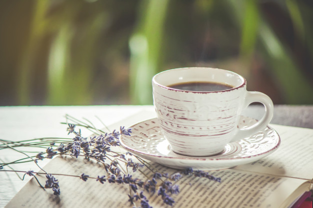 taza-cafe-buen-dia-humo-oficina-trabajo-enfoque-selectivo_73944-1768